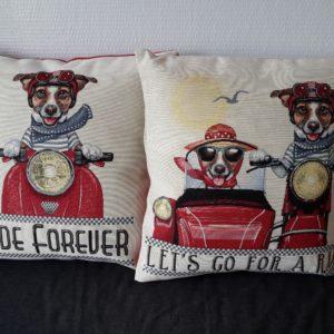 Housse de coussin motifs de Jack Russel et son scooter rouge